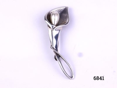 Vintage silver Peace Lily brooch in an Art Nouveau style with a faux pearl to the centre Hallmarked 925 for sterling silver Photo of front of brooch shown upright with pearl at the top